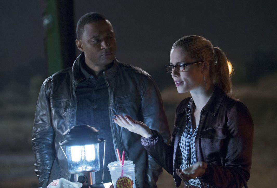 Barry freut sich darüber, dass Oliver, Felicity (Emily Bett Rickards, r.) und Diggle (David Ramsey, l.) nach Central City kommen, um einen Fall zu u... - Bildquelle: Warner Brothers.