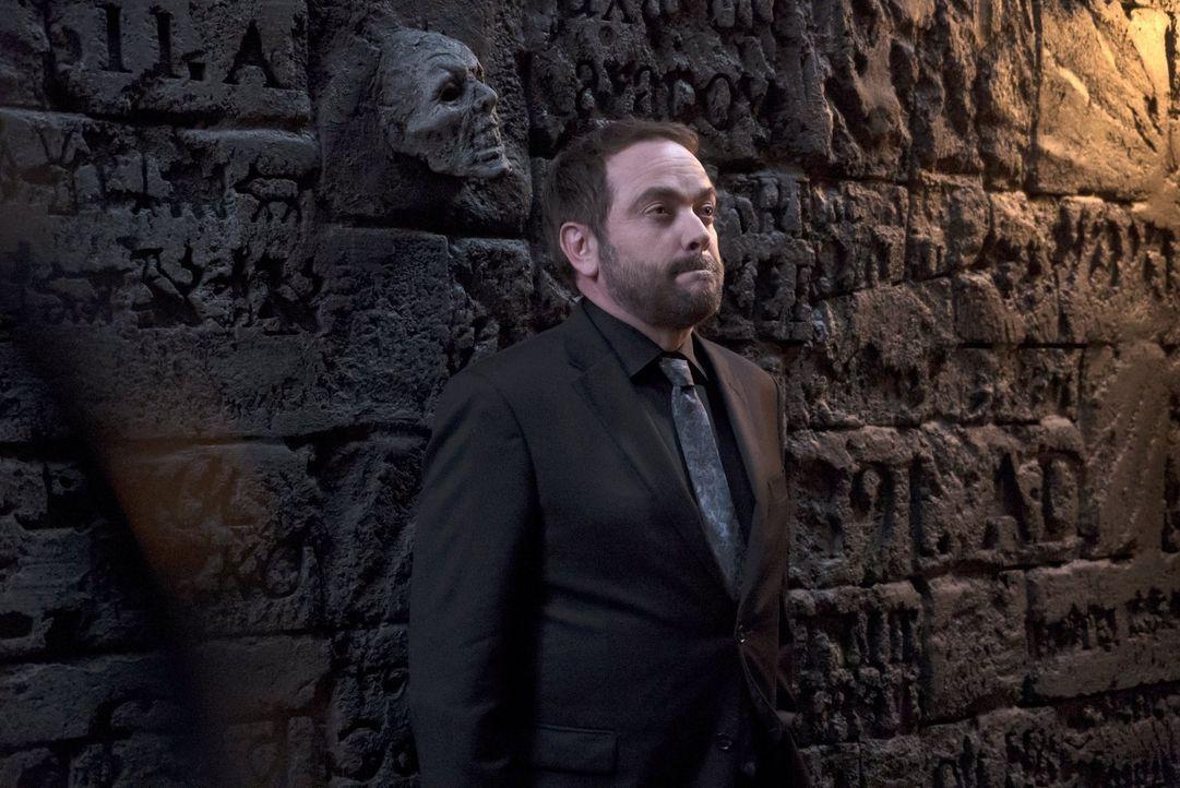Noch ahnt Crowley (Mark Sheppard) nicht, dass sein Versuch, den Winchester-Brüdern beim Kampf gegen die Finsternis zu unterstützen, in einem Desaste... - Bildquelle: 2014 Warner Brothers