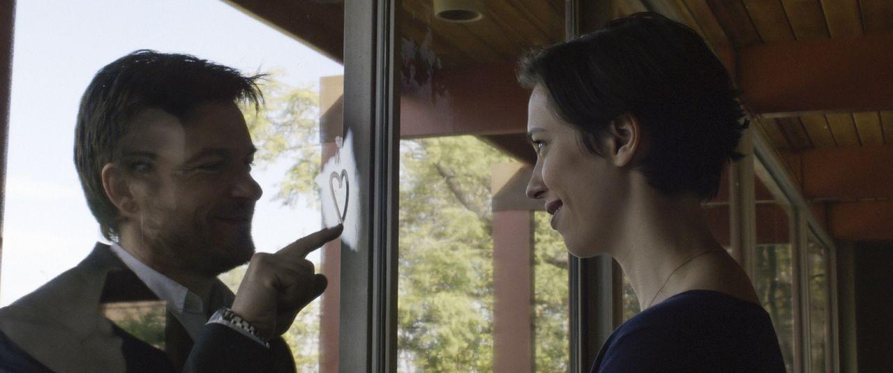 Nach dem Umzug in eine neue Stadt scheint das Leben von Robyn (Rebecca Hall, r.) und Simon (Jason Bateman, l.), perfekt zu sein. Aber auf einmal tau... - Bildquelle: STX Entertainment 2015 STX Productions, LLC. All rights reserved.