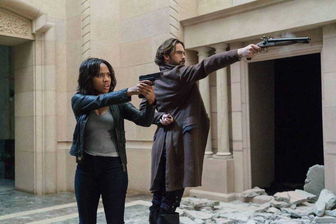 Crane (Tom Mison, r.) und Abbie (Nicole Beharie, l.) haben nur eine Chance eine Armee Untoter aufzuhalten: mit einem besonders gefährlichen Feuer ... - Bildquelle: 2015-2016 Fox and its related entities.  All rights reserved.