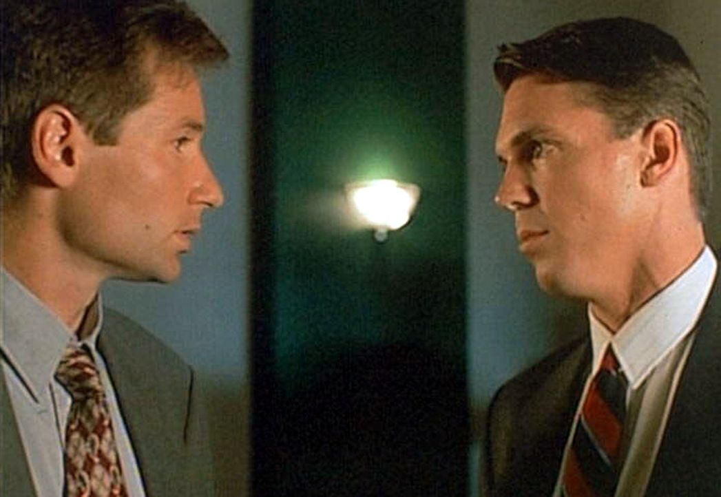 Mulder (David Duchovny, l.) weiß nicht so recht, was er von seinem neuen Partner Alex Krycek (Nicholas Lea, r.) halten soll ... - Bildquelle: TM +   Twentieth Century Fox Film Corporation. All Rights Reserved.