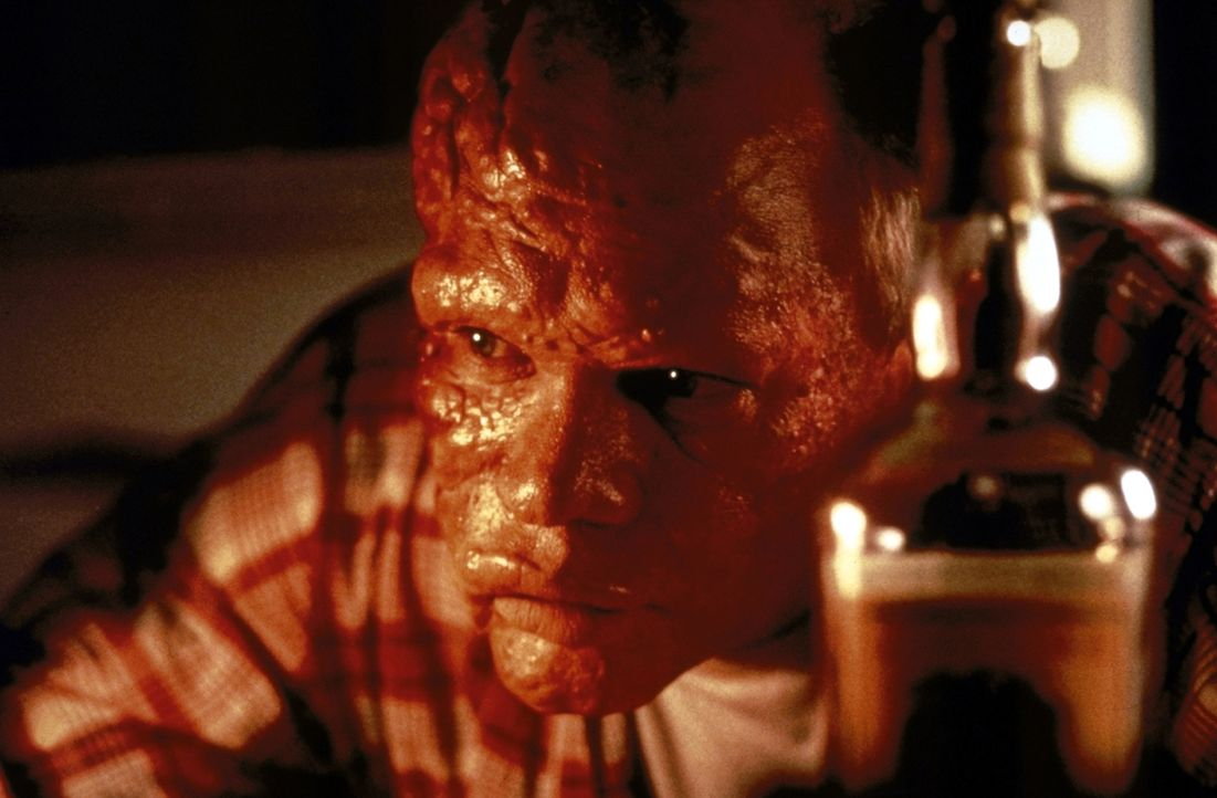 Weil der Polizist Duncan Hopley (Daniel von Bargen) eine Falschaussage zu Gunsten Billys macht, wird auch er mit einem bösen Fluch belegt ... - Bildquelle: Paramount Pictures