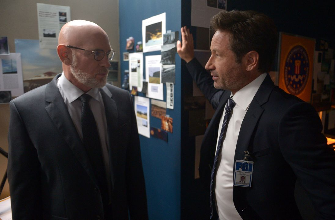 Können Mulder (David Duchovny, r.) und Scully Skinner (Mitch Pileggi, l.) wirklich trauen? - Bildquelle: 2017 Fox and its related entities. All rights reserved.
