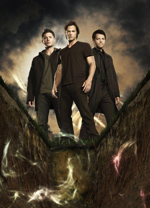 (6. Staffel) - Der Kampf gegen das Böse geht weiter: Sam (Jared Padalecki, M.), Dean (Jensen Ackles, l.) und Castiel (Misha Collins, r.) ... - Bildquelle: Warner Bros. Television