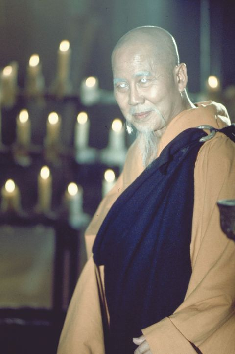 Wird vom Neffen des Kaisers ermordet: Meister Po (Keye Luke) ... - Bildquelle: Warner Bros.