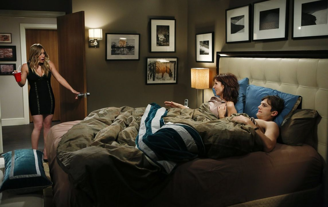 Stacy (Hilary Duff, l.) kann es nicht fassen, als sie Walden (Ashton Kutcher, r.) bei ihrer Großmutter Linda (Marilu Henner, M.) im Bett entdeckt ... - Bildquelle: Warner Brothers Entertainment Inc.