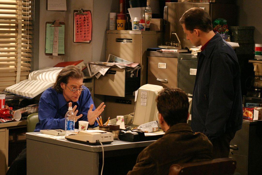 Über Stans (Richard Lewis, l.) Verhalten sind Charlie (Charlie Sheen, M.) und Alan (Jon Cryer, r.) etwas irritiert ... - Bildquelle: Warner Brothers Entertainment Inc.