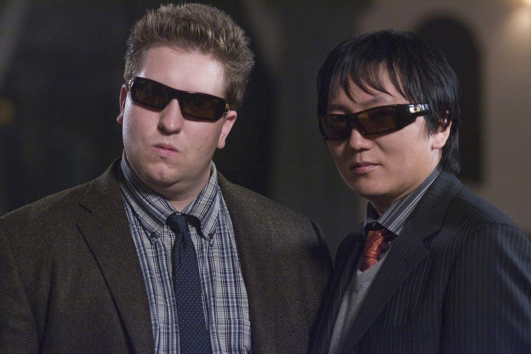 Tarnung ist alles im Agentengewerbe: die Erfindergenies Lloyd (Nate Torrence, l.) und Bruce (Masi Oka, r.) ... - Bildquelle: Warner Brothers