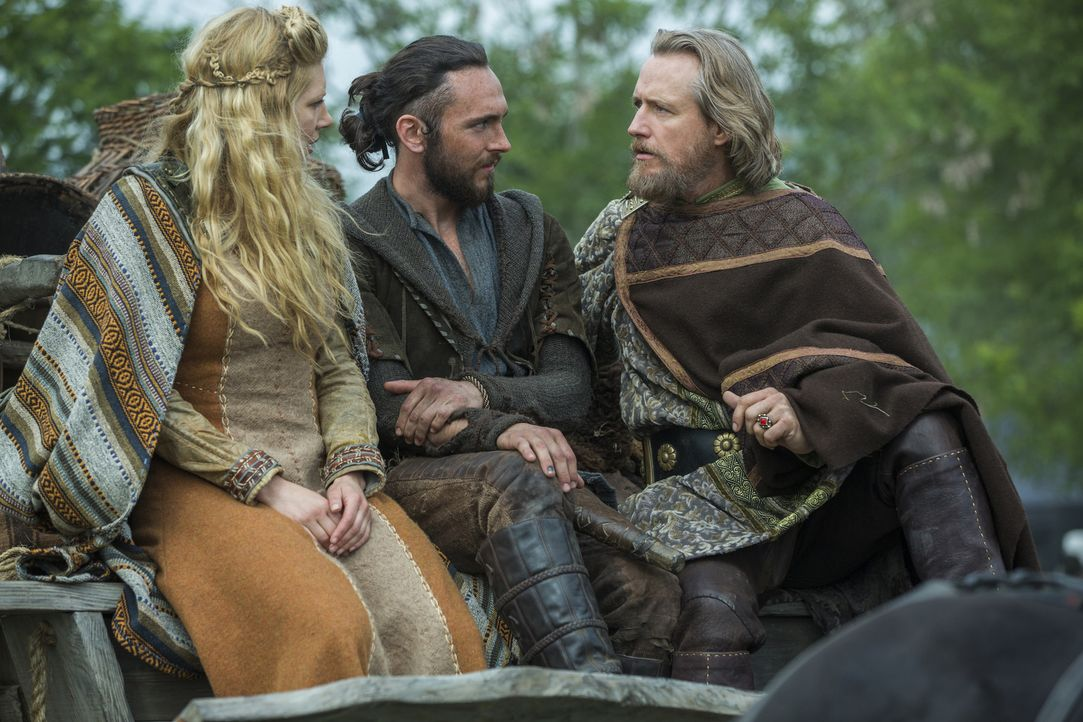 Können sie sich gegenseitig wirklich vertrauen? Lagertha (Katheryn Winnick, l.), Athelstan (George Blagden, M.) und König Ecbert (Linus Roache, r.)... - Bildquelle: 2015 TM PRODUCTIONS LIMITED / T5 VIKINGS III PRODUCTIONS INC. ALL RIGHTS RESERVED.