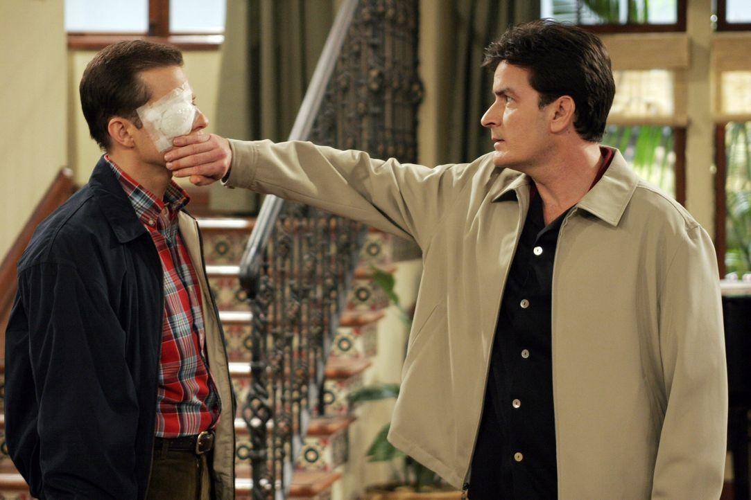 Charlie (Charlie Sheen, r.) trifft Alan (Jon Cryer, l.) mit einer Toastscheibe so unglücklich ins Auge, dass Alan gleich zum Arzt gehen muss ... - Bildquelle: Warner Bros. Television
