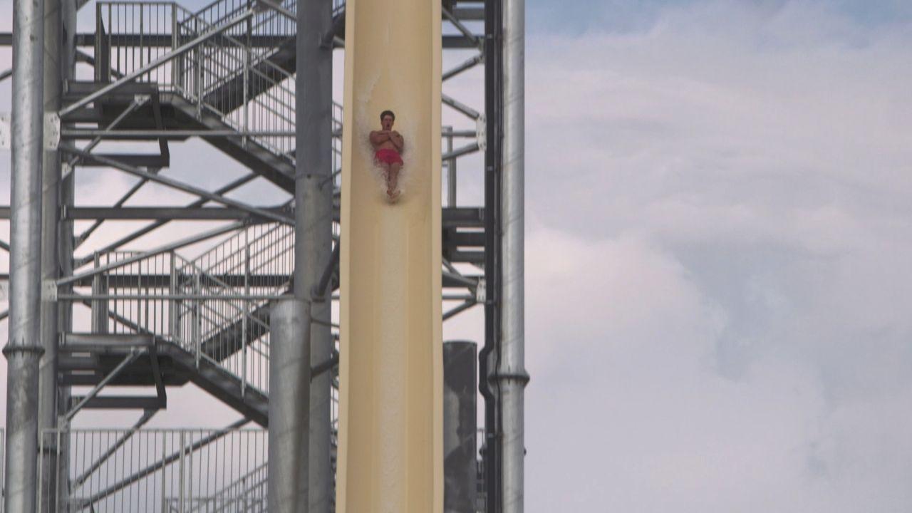 Die Wasserrutsche Huricana im Splashworld in Frankreich wartet mit ganzen 33 Metern Höhe und Höchstgeschwindigkeiten bis zu 80 km/h auf ... - Bildquelle: 2016, The Travel Channel, L.L.C. All Rights Reserved.