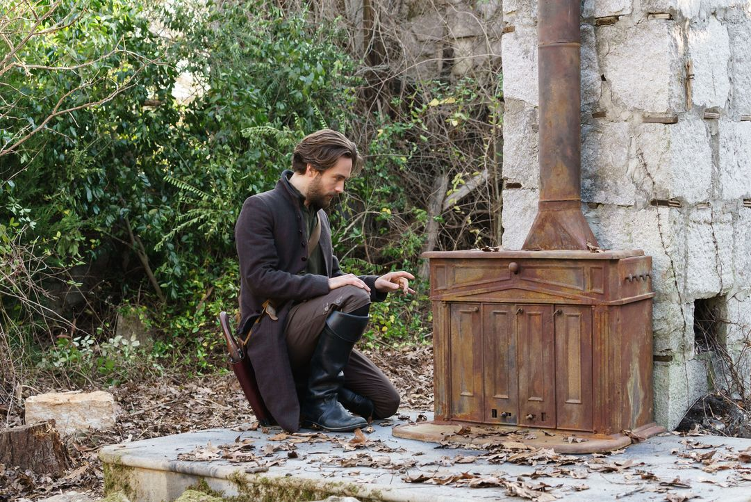 In den Wäldern von Sleepy Hollow machen Crane (Tom Mison) und Abbie eine erstaunliche Entdeckung ... - Bildquelle: 2015-2016 Fox and its related entities.  All rights reserved.