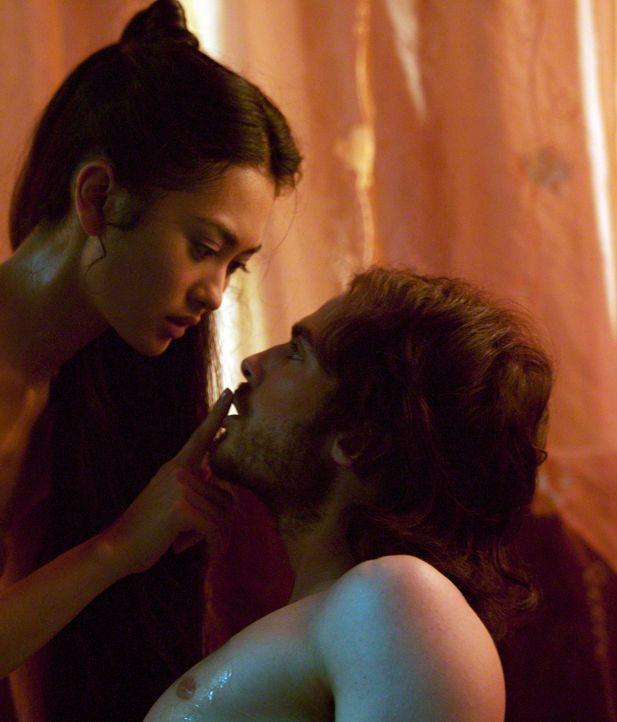 Die Liebe zwischen Marco Polo (Ian Somerhalder, r.) und Kensai (Desiree Ann Siahaan, l.) darf nur im Verborgenem blühen. - Bildquelle: 2006 RHI Entertainment Distribution, LLC