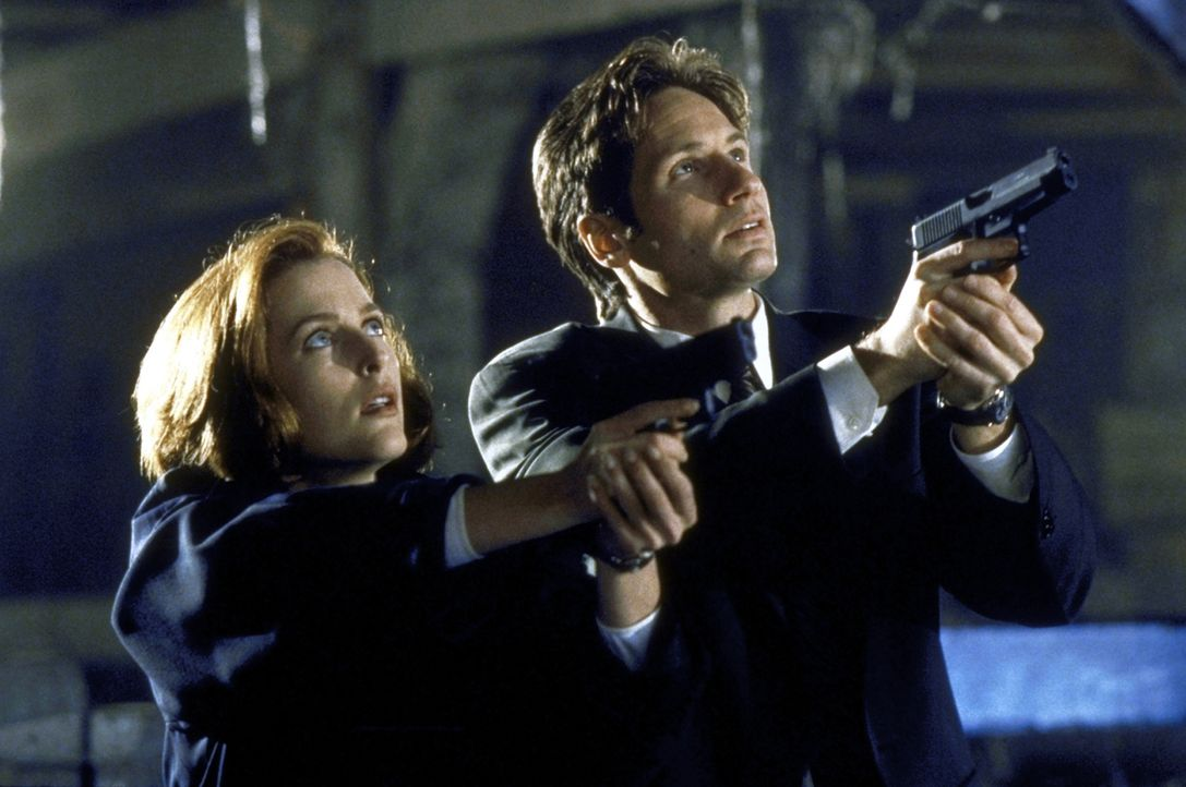 Mulder (David Duchovny, r.) und Scully (Gillian Anderson, l.) begegnen auf ihrer Suche nach einem angeblichen Monster dem bedauernswerten Opfer eine... - Bildquelle: TM +   2000 Twentieth Century Fox Film Corporation. All Rights Reserved.