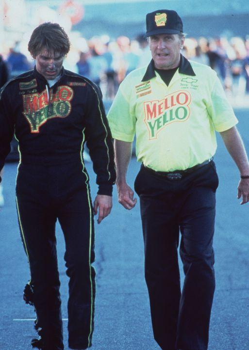 Und wieder hat Cole Trickle (Tom Cruise, l.) ein Rennen verloren, doch sein Trainer Harry Hogge (Robert Duvall, r.) gibt die Hoffnung nicht auf ... - Bildquelle: Paramount Pictures