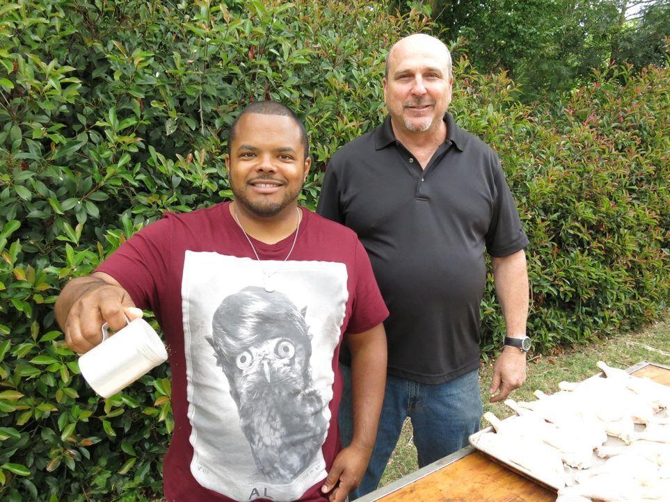 Stolz präsentiert Restaurantbesitzer Steve Dougherty (r.) Roger (l.)  seine Spezialität, das Santa Maria-Style Barbecue ... - Bildquelle: 2015,Cooking Channel, LLC. All Rights Reserved.
