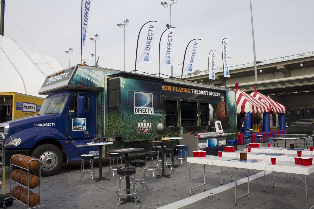 """Dieser Truck lässt Männerherzen höher schlagen. Im Oudoor-Bereich der mobilen """"Männerhöhle"""" gibt es Bildschirme, auf denen Sportevents laufen, Barho... - Bildquelle: 2014, DIY Network/Scripps Networks, LLC. All RIghts Reserved."""