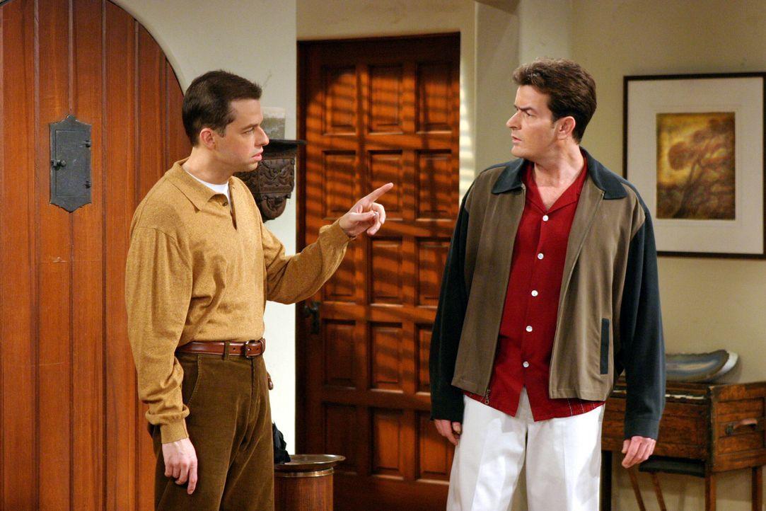 Die Brüder Charlie (Charlie Sheen, r.) und Alan (Jon Cryer, l.) stehen sich plötzlich als erbitterte Rivalitäten gegenüber ... - Bildquelle: Warner Brothers Entertainment Inc.