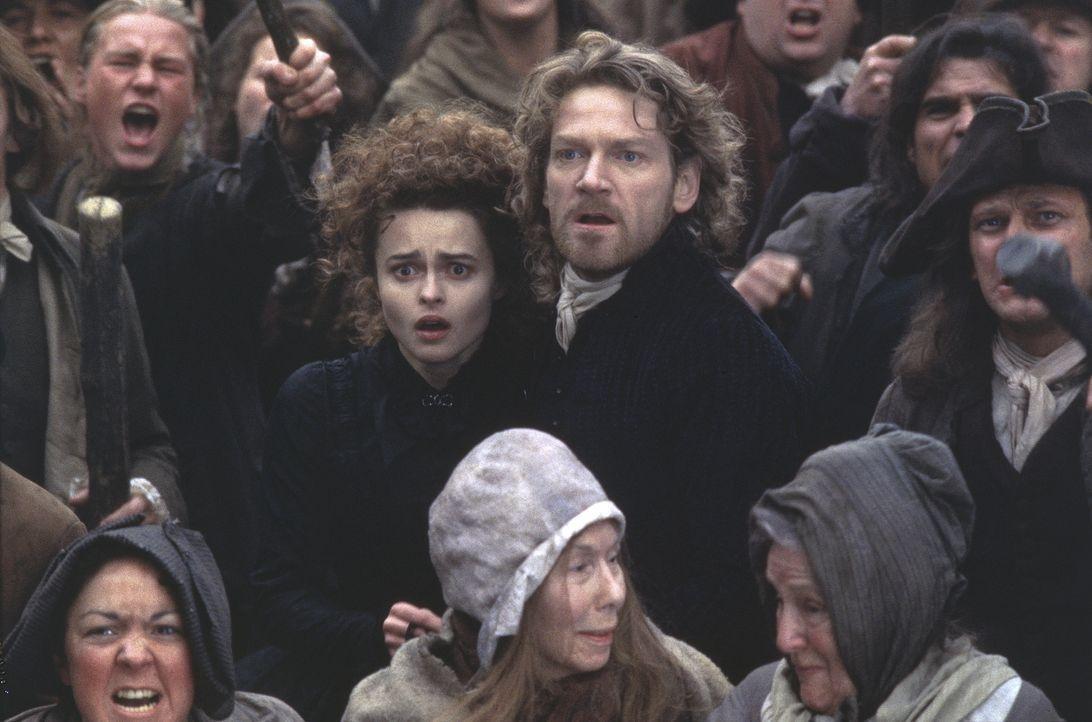 Eliazabeth (Helena Bonham Carter, Mitte l.) und Victor (Kenneth Branagh, Mitte r.) inmitten eines wütenden Lynch-Mobs .... - Bildquelle: TriStar Pictures