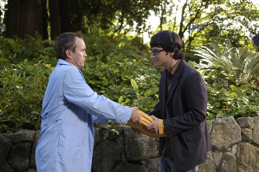 Kevin (Jeffrey Combs, l.) bekommt geheime NTAC Unterlagen von Marco (Richard Kahan, r.), um der mysteriösen Krankheit auf die Schliche zu kommen ... - Bildquelle: Viacom Productions Inc.