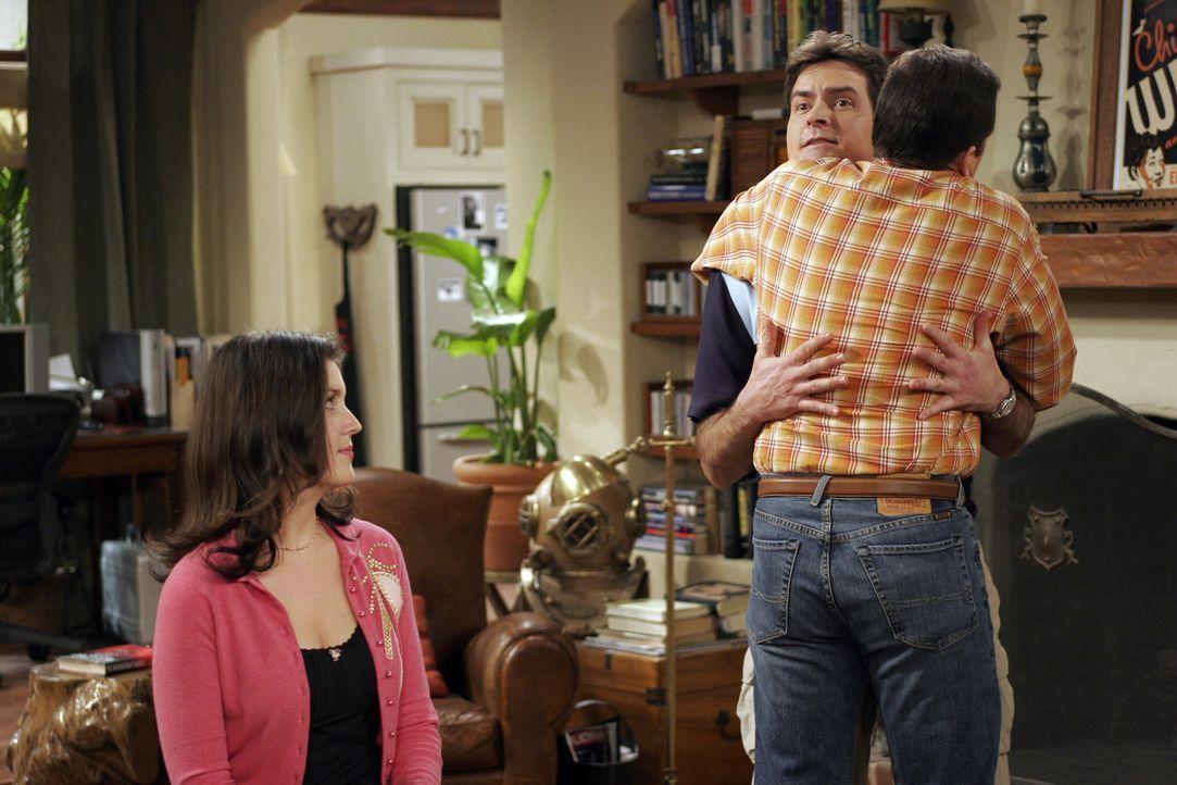 Rose (Melanie Lynskey, l.) hat es geschafft: Charlie (Charlie Sheen, M.) und Alan (Jon Cryer, r.) haben sich wieder versöhnt ... - Bildquelle: Warner Bros. Television