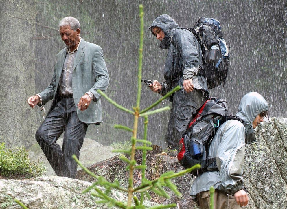 Unglücklicherweise fischen Ray (John Cusack, M.) und sein Sohn (Jamie Anderson, r.) einen Profikiller (Morgan Freeman, l.) aus einem Fluß fernab der... - Bildquelle: Millennium Films