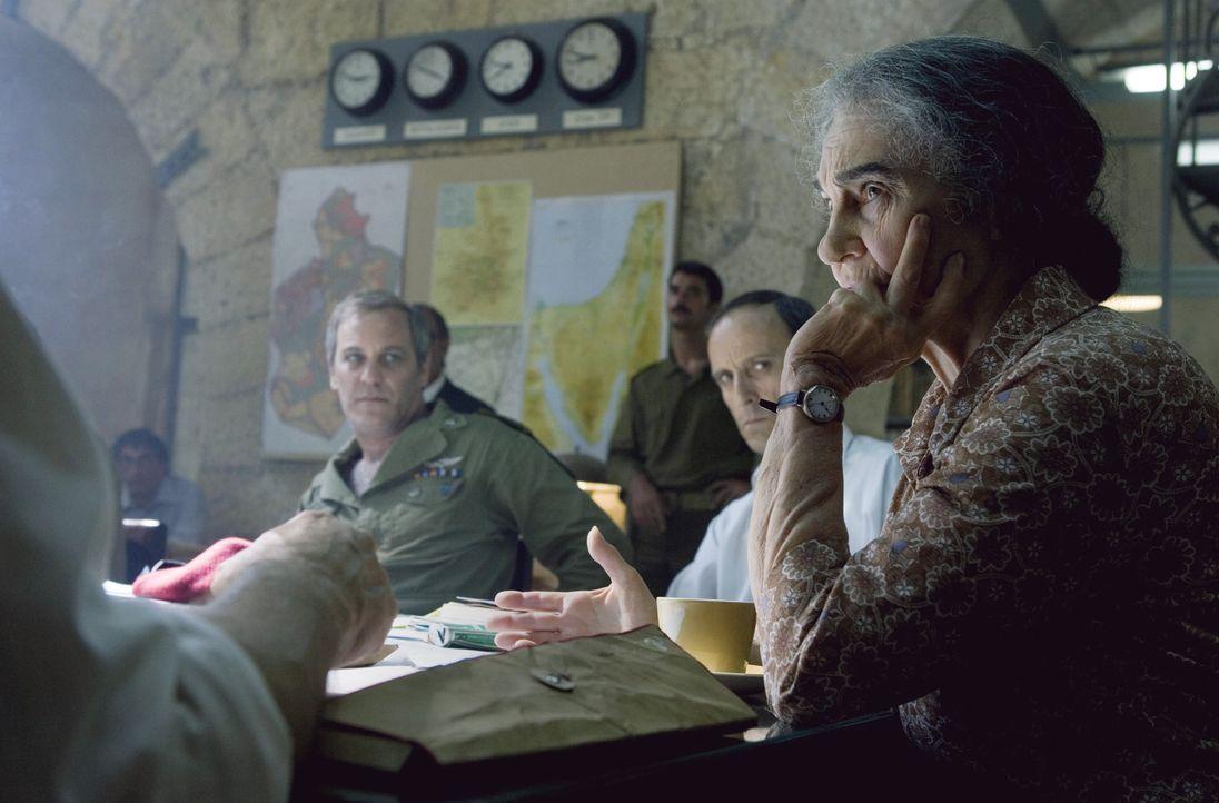 "Das ""Commitee X"": (v.l.n.r.) General Harari (Moshe Ivgy), General Zamir (Ami Weinberg) und Golda Meir (Lynn Cohen) beschließen die Operation ""Wrath... - Bildquelle: 2005 UNIVERSAL STUDIOS and DREAMWORKS LLC."