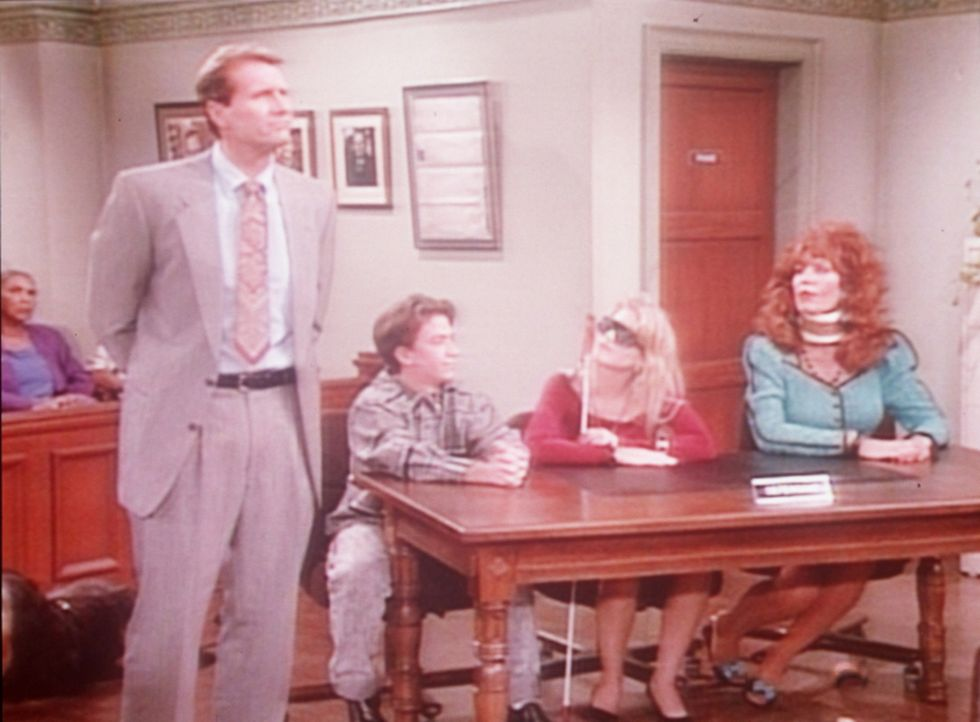 Al (Ed O'Neill, l.) hat Peggy (Katey Sagal, r.) mit einer Halskrause, Bud (David Faustino, 2.v.l.) mit Krücken und Kelly (Christina Applegate, 2.v.r... - Bildquelle: Sony Pictures Television International. All Rights Reserved.