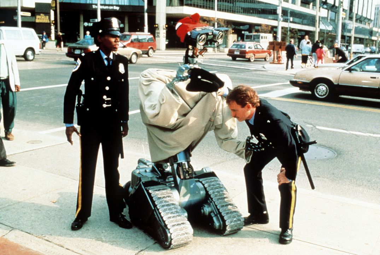 Roboter Nr. 5 macht sogar mit Cops kleine Späßchen ... - Bildquelle: Columbia TriStar Pictures