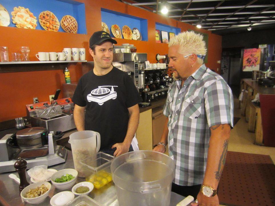 (16. Staffel) - Moderator und Koch Guy Fieri (r.) reist quer durch die Vereinigten Staaten und besucht Diner, Drive-Ins und Spelunken, die für ihr g... - Bildquelle: 2012, Television Food Network, G.P.  All Rights Reserved.