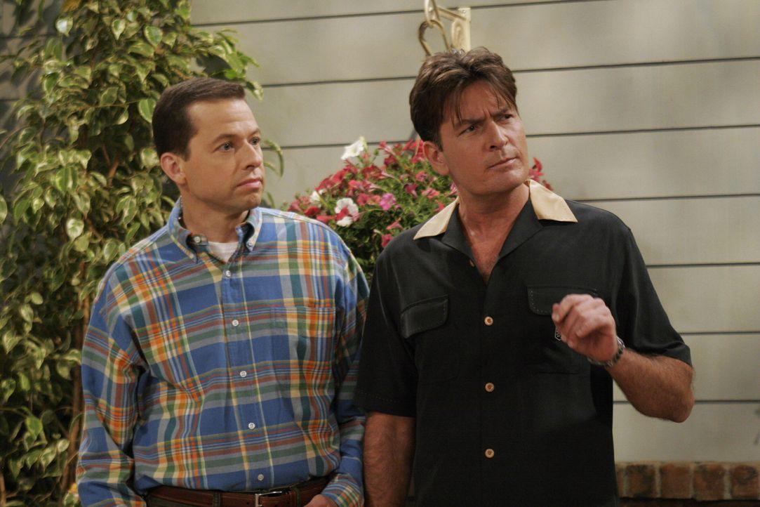 Als Charlie (Charlie Sheen, r.) von seinem Apotheker hört, dass die Verhütung mit Kondomen keine hundertprozentige Sicherheit bietet, steht für ihn... - Bildquelle: Warner Brothers Entertainment Inc.
