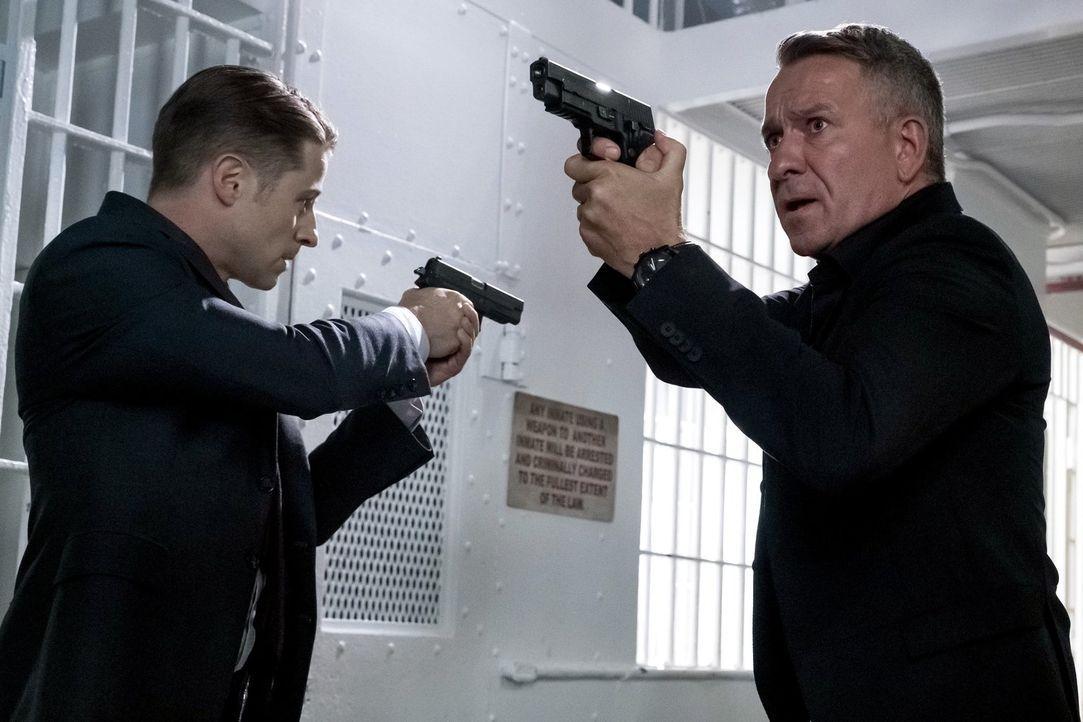 Als Bruce mitten in der Nacht vom Anwesen verschwindet, wendet sich Alfred (Sean Pertwee, r.) hilfesuchend ans Gordon (Ben McKenzie, l.). Können die... - Bildquelle: 2017 Warner Bros.