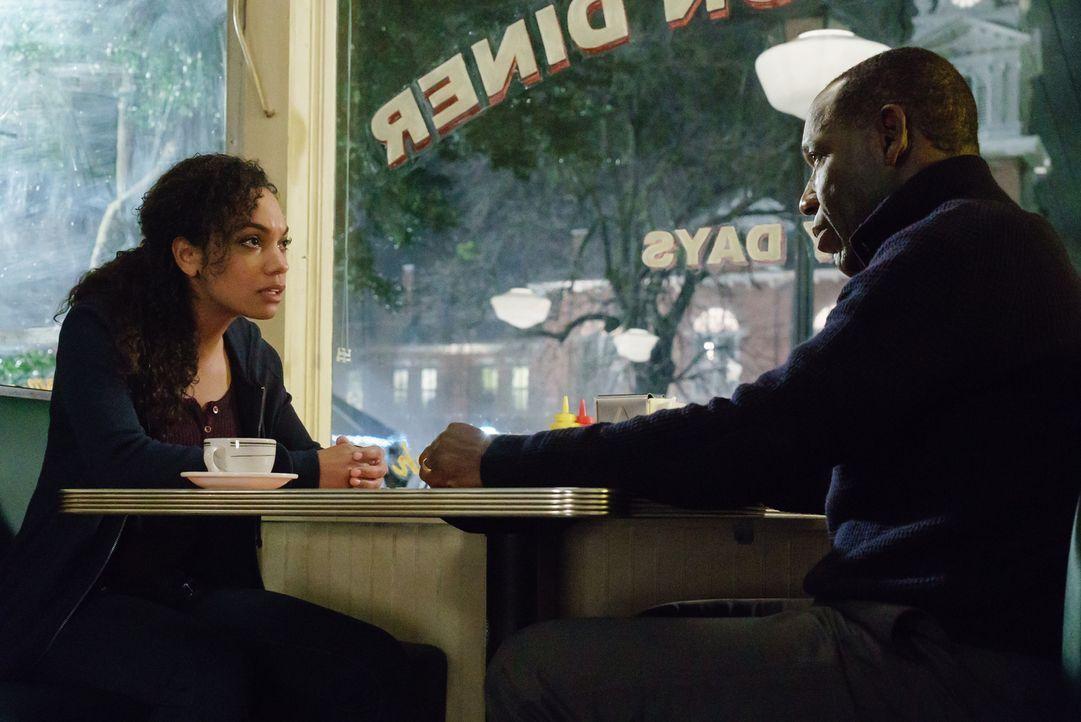 Jenny (Lyndie Greenwood, l.) lässt sich auf ein Treffen mit ihrem Vater Ezra Mills (James McDaniel, r.) ein. Ist das wirklich eine gute Idee? - Bildquelle: 2015-2016 Fox and its related entities.  All rights reserved.