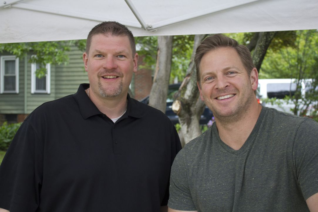 Tom Lewis (l.) und Jason Cameron (r.) sind zufrieden mit ihrem Werk. Der Football-Fernsehkeller übertrifft alle Erwartungen ... - Bildquelle: 2014, DIY Network/Scripps Networks, LLC. All RIghts Reserved.