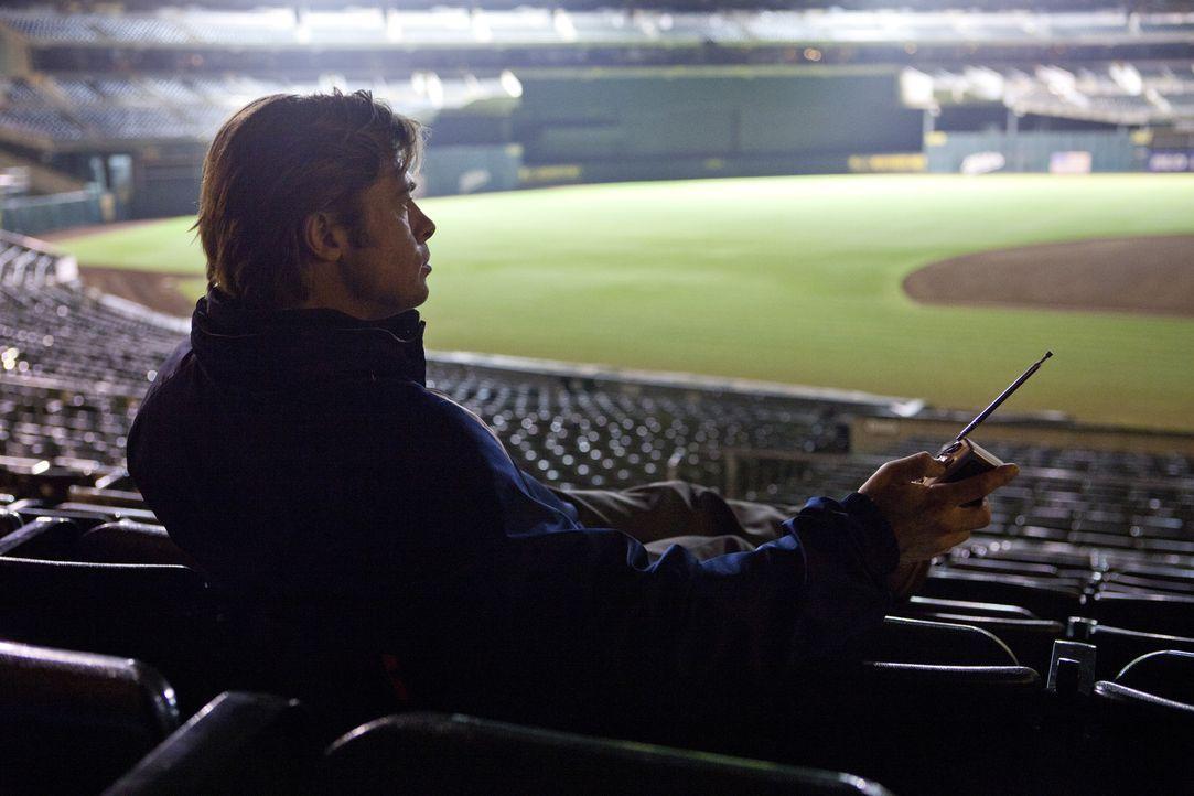 Einst war Billy Beane (Brad Pitt) ein hochgehandelter Nachwuchsstar des Baseballs, doch seine Karriere verlief nicht zufriedenstellend. Nun ist er a... - Bildquelle: 2011 Columbia TriStar Marketing Group, Inc.  All rights reserved.