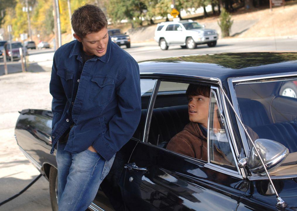 Zach, ein Freund von Sam, wird des Mordes verdächtigt! Als Sam (Jared Padalecki, r.) und Dean (Jensen Ackles, l.) auf Zachs Schwester Rebecca treffe... - Bildquelle: Warner Bros. Television