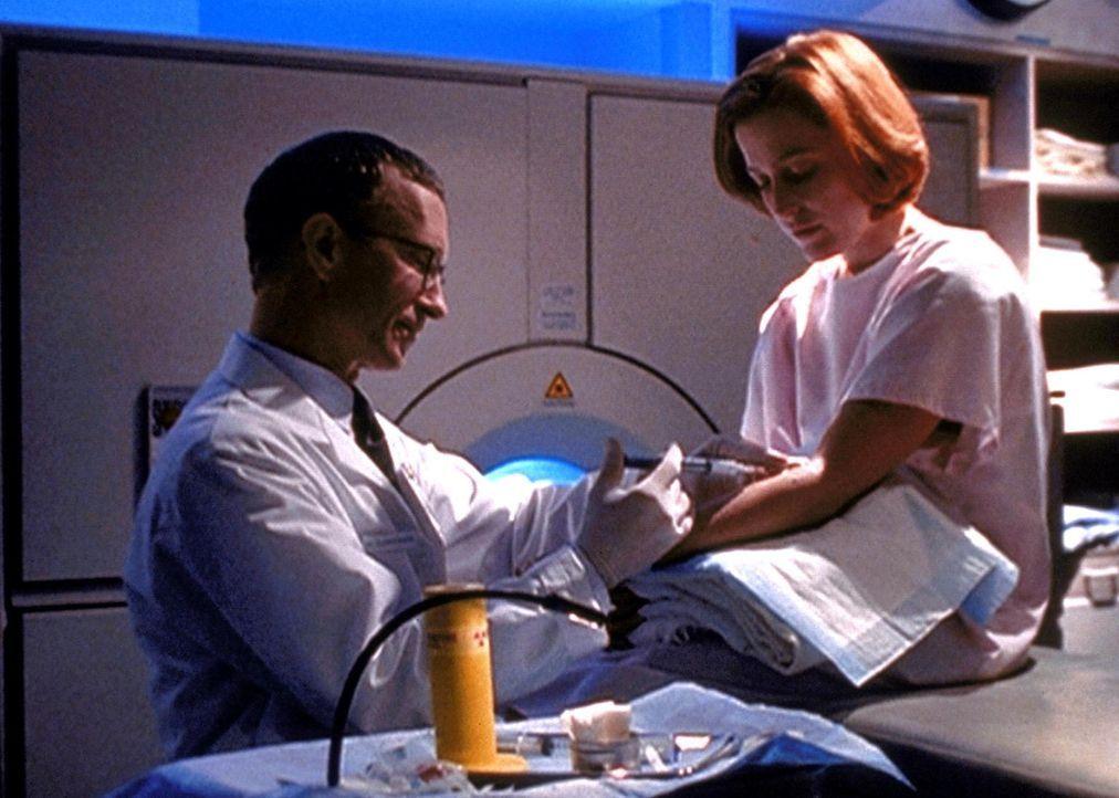 Scully (Gillian Anderson, r.) erfährt, dass ihre Krebserkrankung durch ein außerirdisches Virus verursacht wurde, das ihr vor einigen Jahren injizie... - Bildquelle: TM +   Twentieth Century Fox Film Corporation. All Rights Reserved.