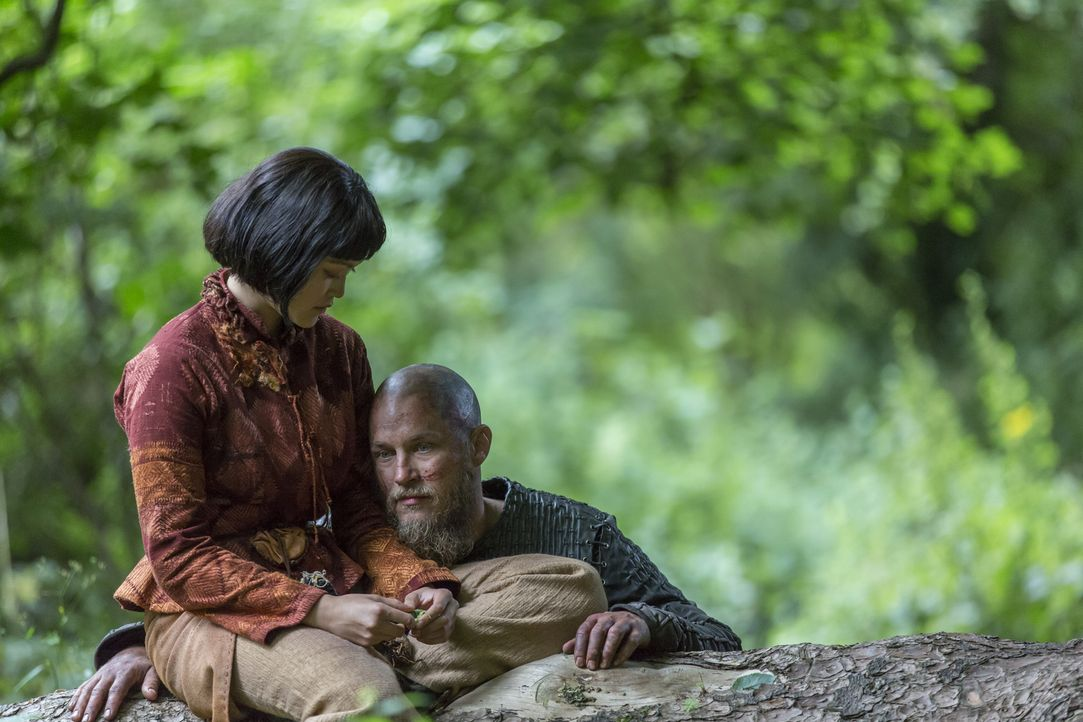 Da Yidu (Dianne Doan, l.) noch an Ragnars (Travis Fimmel, r.) Seite ist, sorgt sie dafür, dass der König auch auf dem Beutezug nach Paris regelmäßig... - Bildquelle: 2016 TM PRODUCTIONS LIMITED / T5 VIKINGS III PRODUCTIONS INC. ALL RIGHTS RESERVED.
