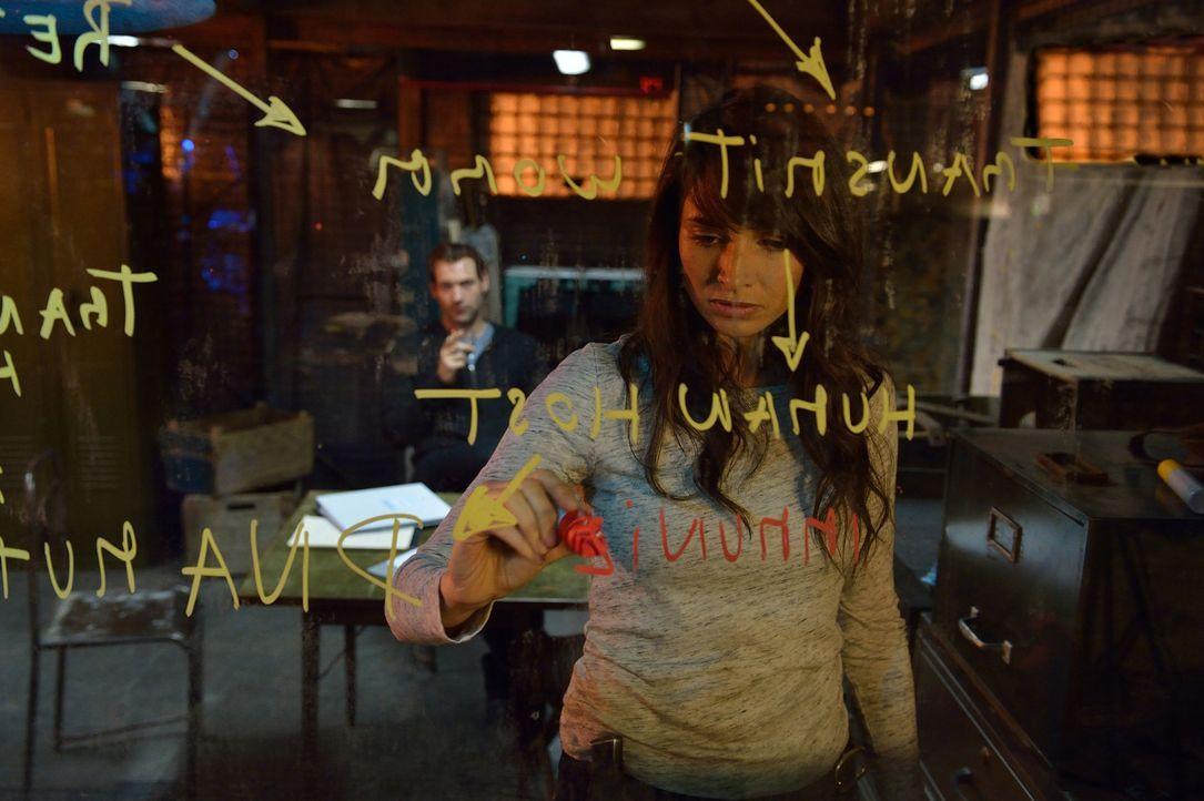 Eph (Corey Stoll, l.) und Nora (Mía Maestro, r.) versuchen, eine Waffe gegen die Vampire zu entwickeln, doch der Master bleibt nicht untätig und ers... - Bildquelle: 2015 Fox and its related entities. All rights reserved.