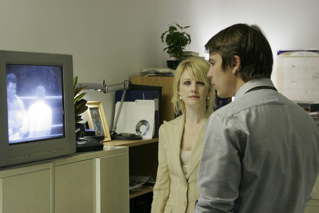 Als Joyce Kernan (Kathryn Morris, l.) ihm ein altes Video präsentiert, zerbricht für Erik Kernan Jr. (Josh Hartnett, r.) eine Welt ...