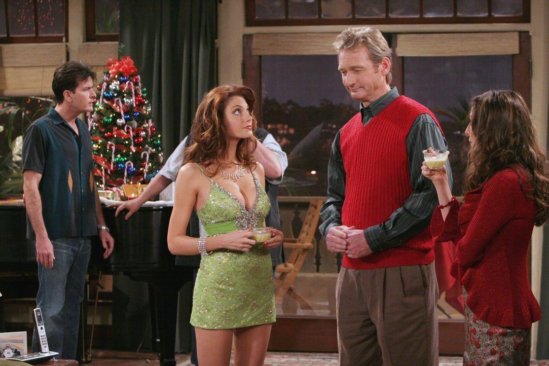 Weihnachten mal ganz anders: (v.r.n.l.) Charlie (Charlie Sheen), Kandi (April Bowlby), Herb (Ryan Stiles) und Judith (Marin Hinkle) ... - Bildquelle: Warner Brothers Entertainment Inc.