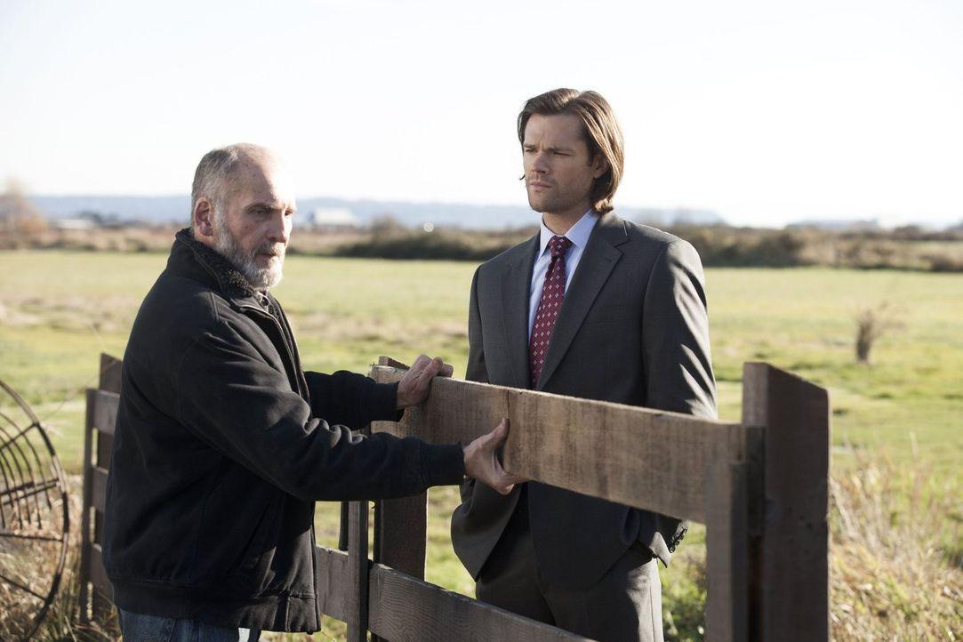 Sam (Jared Padalecki, r.) stellt bei einem Farmer (Bill Croft, l.) Nachforschungen an, der behauptet, dass ein alter Freund der Winchesters seine Kü... - Bildquelle: 2013 Warner Brothers