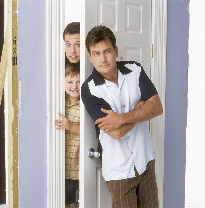 (2. Staffel) - Charlie (Charlie Sheen, r.) ist ein recht wohlhabender Junggeselle mit einem Haus am Strand und einem Jaguar in der Garage. Nachdem s... - Bildquelle: Warner Brothers Entertainment Inc.