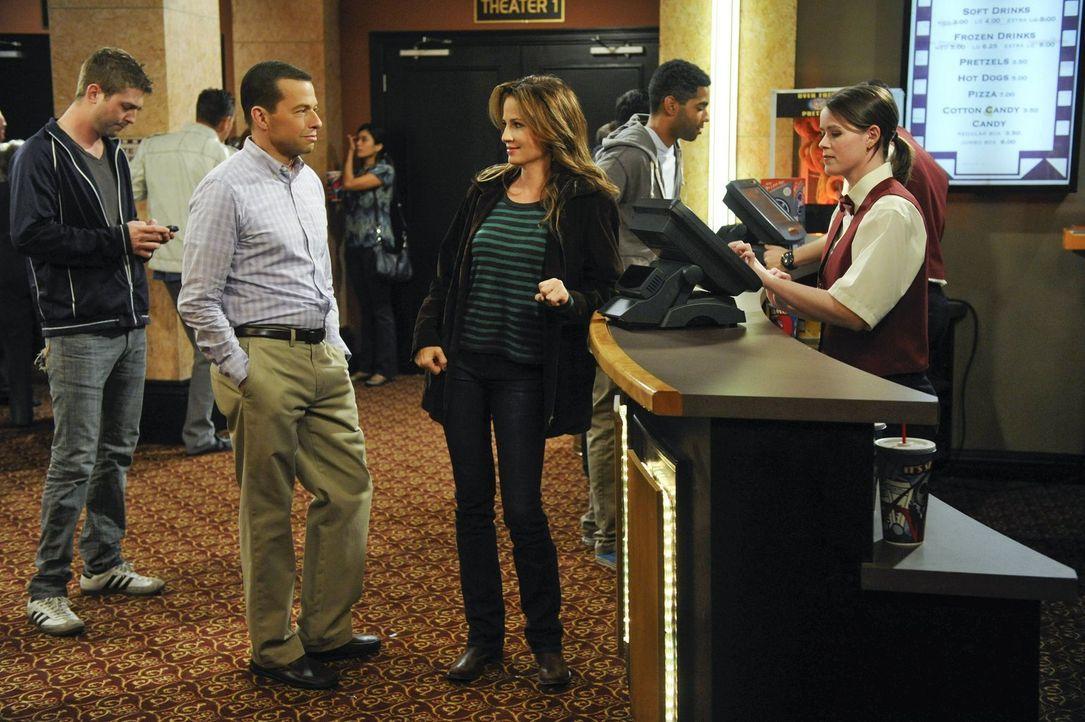 Alan (Jon Cryer, vorne l.) hat eine neue Freundin, doch Paula (Paula Marshall, vorne M.), behandelt ihn eher wie eine Frau und nicht wie einen Mann.... - Bildquelle: Warner Brothers Entertainment Inc.