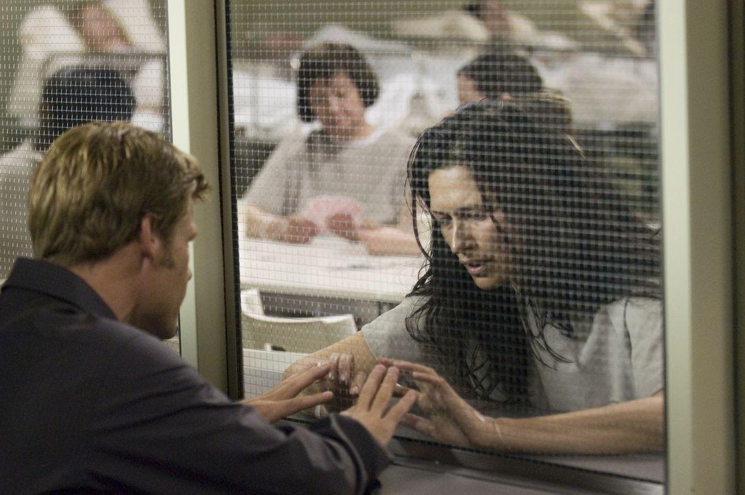 Tom (Joel Gretsch, l.) besucht Alana (Karina Lombard, r.), die wegen einer unbekannten Erkrankung unter Quarantäne gesteckt wurde ... - Bildquelle: Viacom Productions Inc.