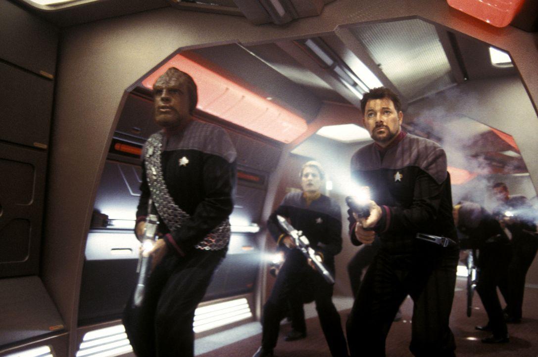 Auf dem Weg zu den Feierlichkeiten der Hochzeit des ersten Offiziers Will Riker (Jonathan Frakes, vorne r.) und Counselor Deanna Troi müssen Captain... - Bildquelle: Paramount Pictures