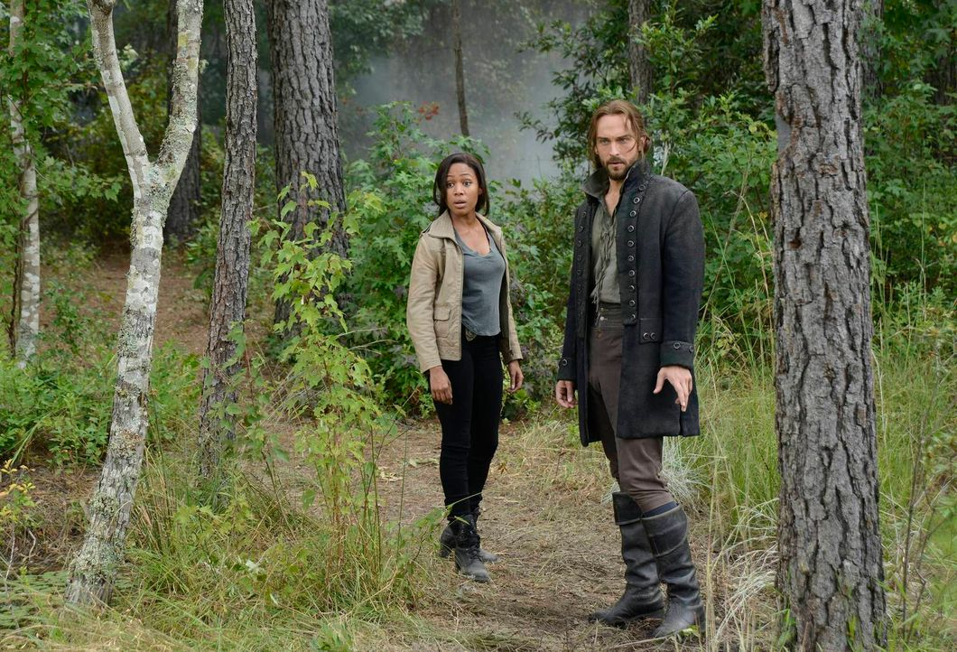 Als ein Junge in Sleepy Hollow auftaucht, müssen Ichabod (Tom Mison, r.) und Abbie (Nicole Beharie, l.) herausfinden, wo er herkommt, dabei machen s... - Bildquelle: 2013 Twentieth Century Fox Film Corporation. All rights reserved.