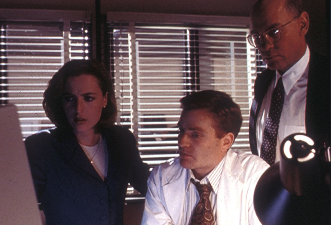 Scully (Gillian Anderson, l.) bittet Officer Pendrell (Brendan Beiser, M.) um Hilfe bei der Entschlüsselung der merkwürdigen Computerdateien. Das Er... - Bildquelle: TM +   Twentieth Century Fox Film Corporation. All Rights Reserved.