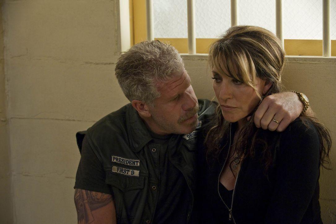 Müssen sich Gemma (Katey Sagal, r.) und Clay (Ron Perlman, l.) nun doch der Polizei stellen? - Bildquelle: 2010 FX Networks, LLC. All rights reserved.