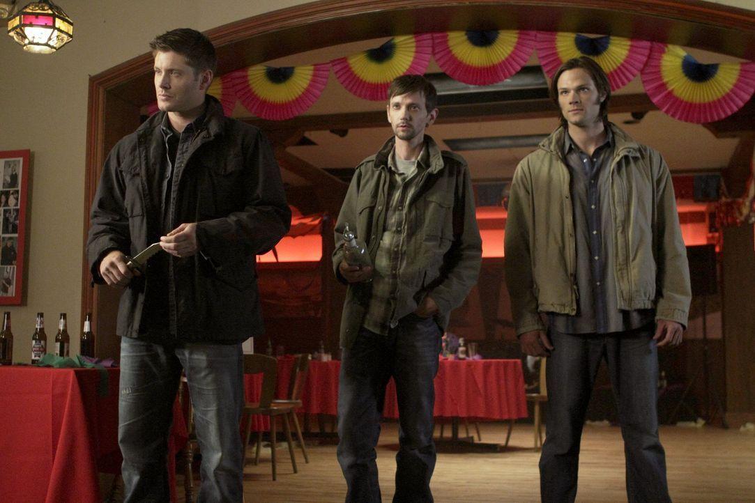 Während Sam (Jared Padalecki, r.) glaubt, es wäre an der Zeit zu heiraten, verbündet sich Dean (Jensen Ackles, l.) widerwillig mit Garth (DJ Qualls,... - Bildquelle: Warner Bros. Television